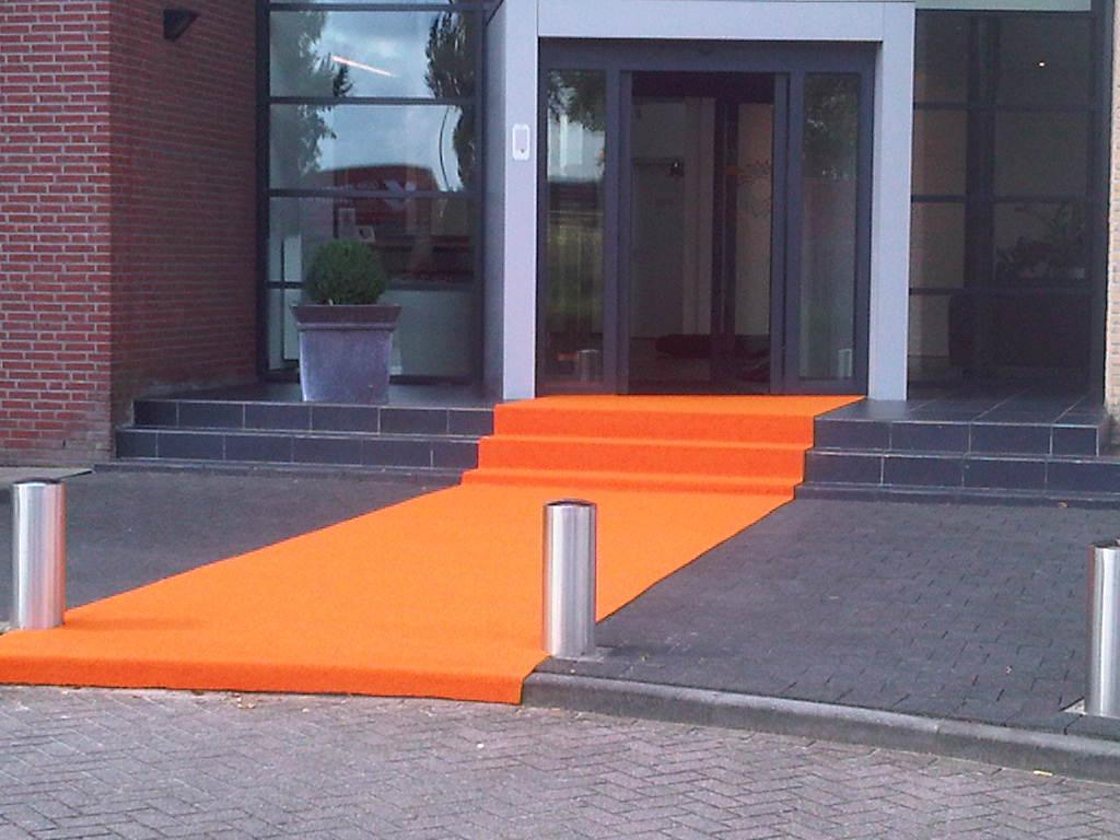 Geertruidenberg 20120830 00229 - Oranje kunstgras